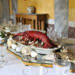 19_tavola-dedicata-ai-pescatori-con-centrotavola-di-crostacei-e-conchiglie